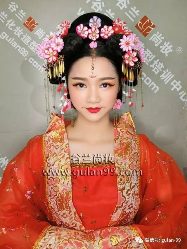 时尚 正文  整体妆容特点: 唐妆显得大气,用色方面较为艳丽,颜色会图片