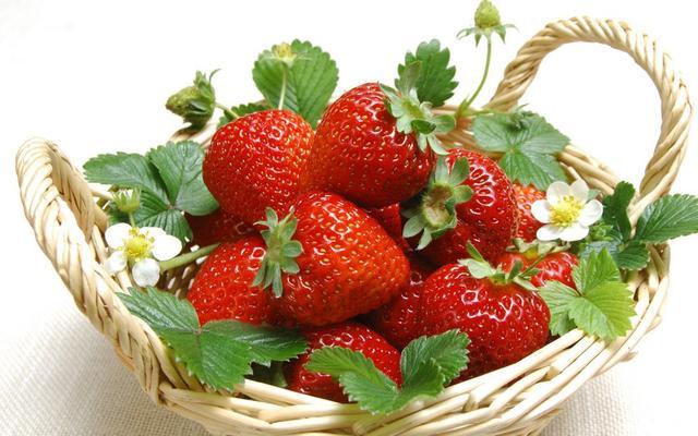尽管坚果含有非常丰富的脂肪,但其实它们所含的都是非常健康的不饱和脂肪,是人体所需的重要营养成分。另外,坚果含有大量的蛋白质、纤维素和多种矿物质。因此,美味的坚果不仅能满足你的味蕾,还是非常理想的减肥食品哦!  3.菠萝 有没有听过人家说菠萝很利,一定要在饭后吃才不会伤胃的说法。这说法可是有凭据的呦!