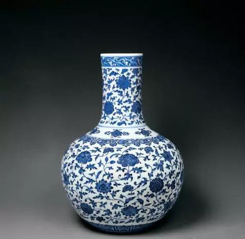 就施釉的瓷器而言,用成熟的青瓷创烧于东汉末年来推断,天球瓶的创烧年代应该在东汉末年,即公元220年之前.