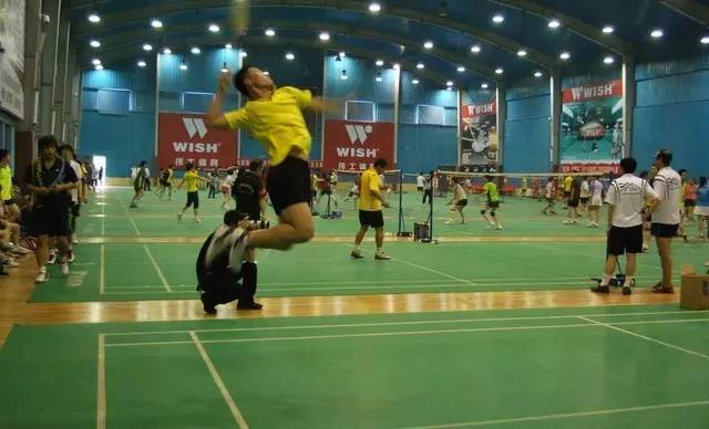 上班族男女打羽毛球的好处揭秘
