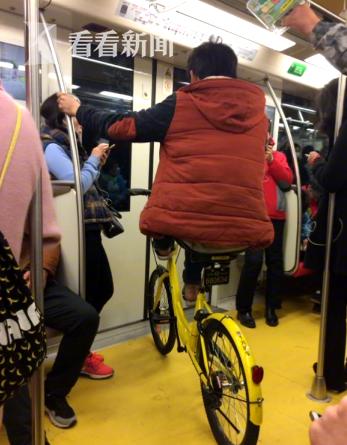 """共享单车""""骑进""""地铁车厢 """"奇葩""""行为令人费解(组图)图片"""