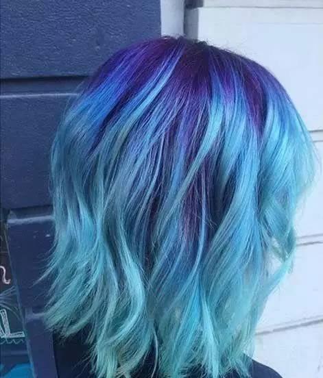 长发蓝色渐变色给人一种放松清凉的感觉