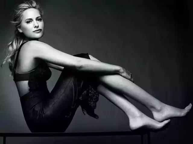 只有当这个拥有12条腿的模特掀开裙子,你才会明白她到底有多美 - 浪浪云 - 仰望星空