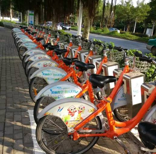 目前,南宁最常见的公共自行车 (小橙车)是有停住桩的.