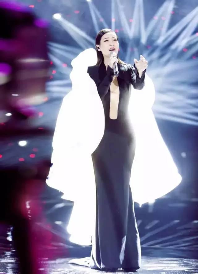 节目第三期里,谭晶一首高难度的《欲水》,逆袭夺冠,夺得歌手互投与