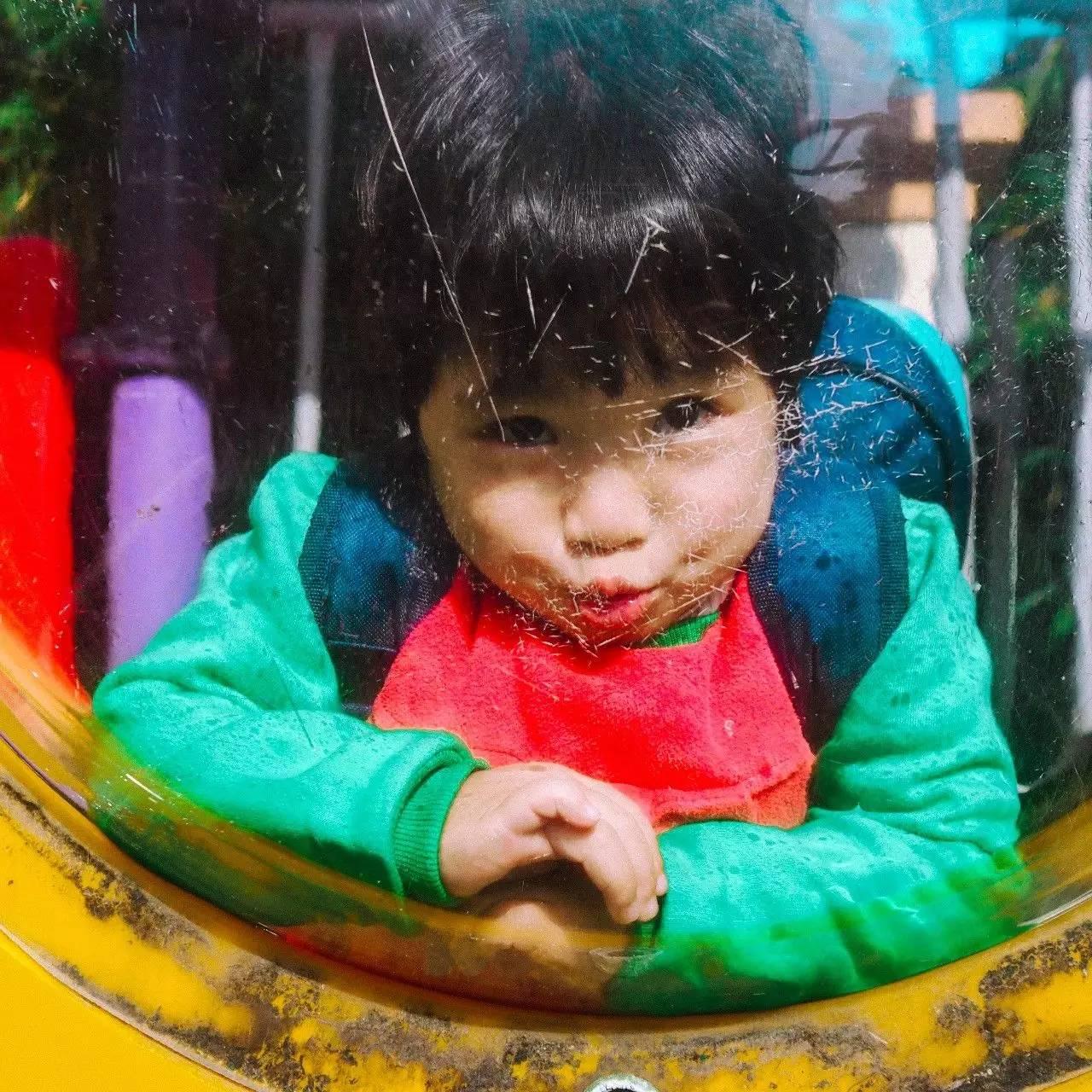 可爱孩子吃玉米相片