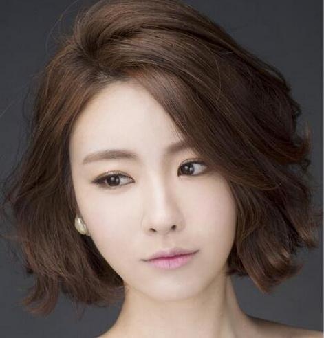 从刘海就开始的小波浪让短发看起来更有女人味,搭浅灰色发色感觉发型图片
