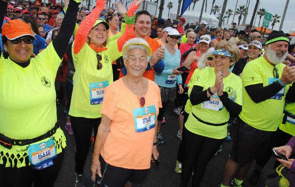 美国90岁老太仍坚持跑步 53次完赛半马仍能破四