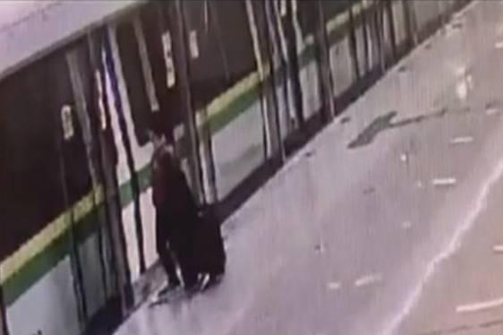 女子抢秒上地铁,视频被落孩子外,车门回放太视频区天国金发图片