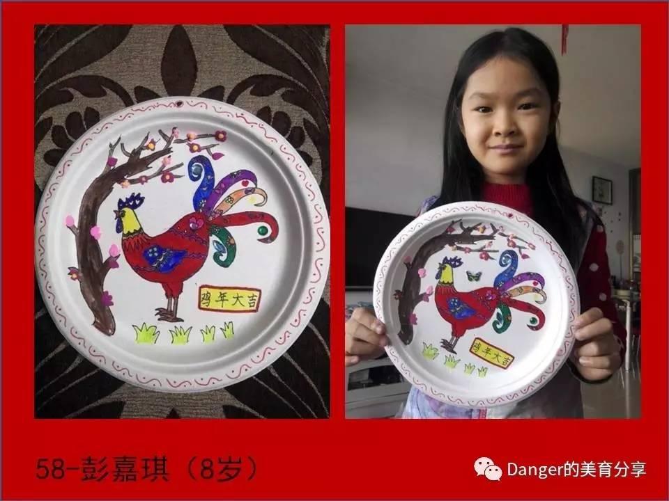 嘉琪小朋友在盘子上创作鸡主题圆形适合纹样装饰画,可以成为家中很棒