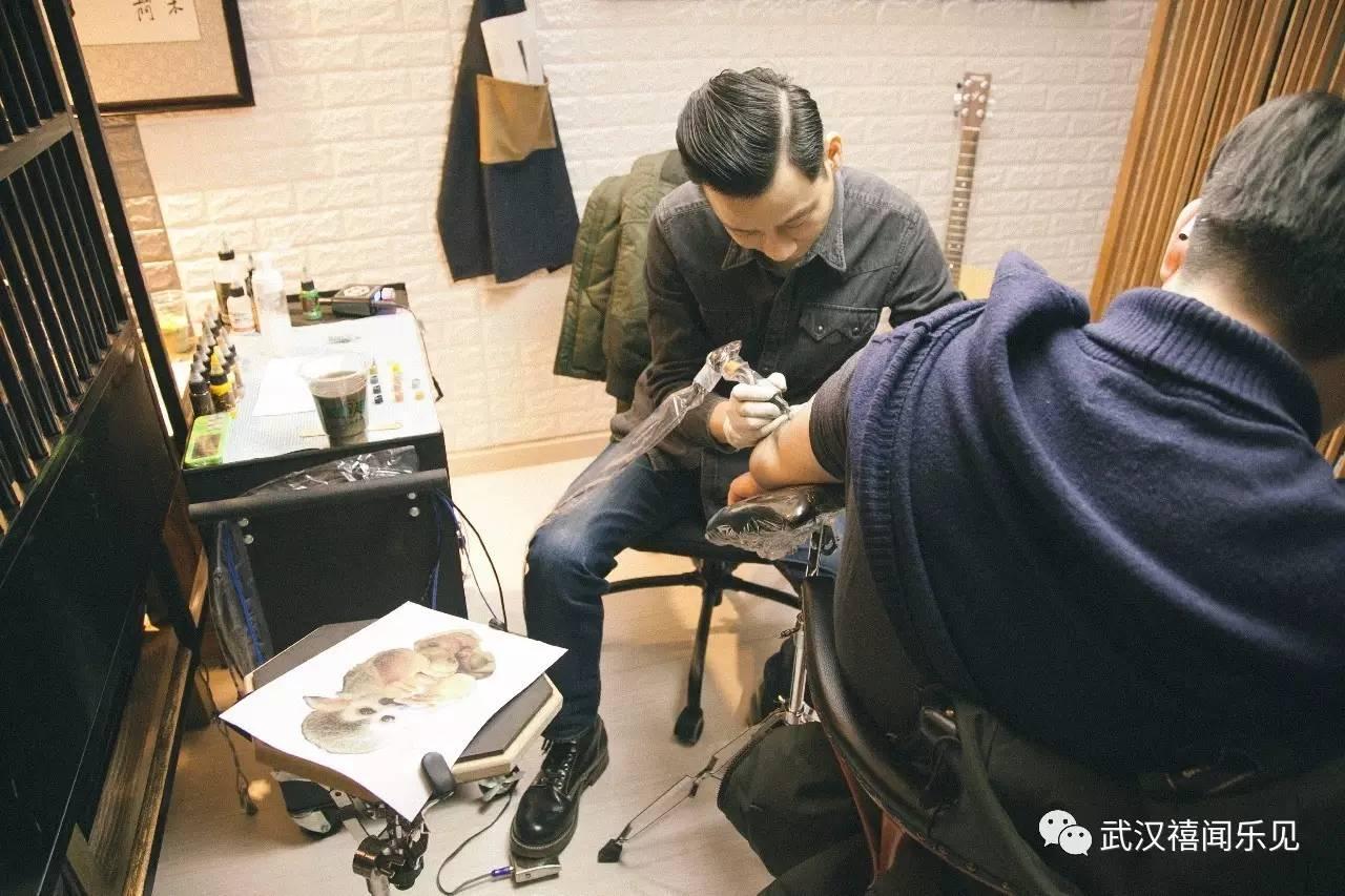 刺青客 — 架子鼓手 帮他在手臂上纹一只猴子,并结合了架子鼓的图案.