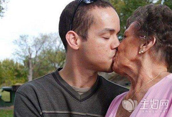 28岁小伙与82岁老太结婚只因爱上她的声音