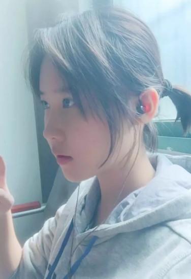 16岁高中女生神似刘亦菲,手绘 最美黑板报 走红图片
