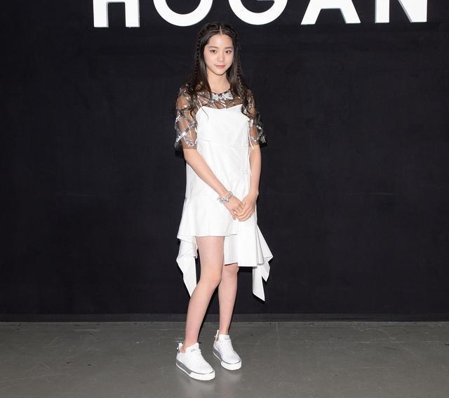 欧阳娜娜以轻松俏丽的装扮,出席hogan在米兰的发表会.图片
