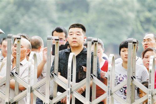 为逼孩子学习,父亲竟将7岁儿吊入河中!
