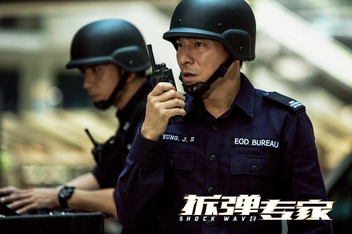 警察是随时走在死亡边缘的职业,对他们来说,再厚重的拆弹服也不是