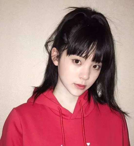 欧阳娜娜小姑娘就更适合马尾了,齐刘海加高马尾,很学生气,就像动漫里图片