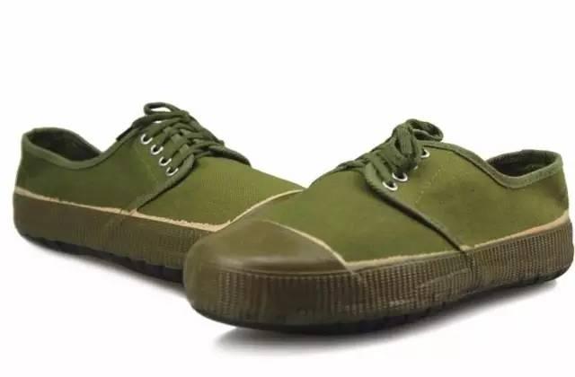 1950年1月4日,解放军总后勤部推出50式军服,其中就包括解放鞋.