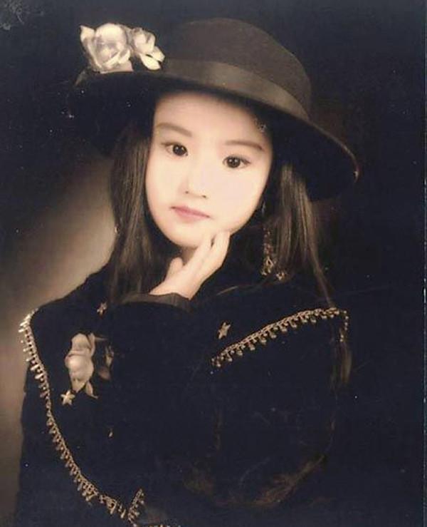 女星童年写真照,佟丽娅皮肤黑,杨幂是最美洋妞