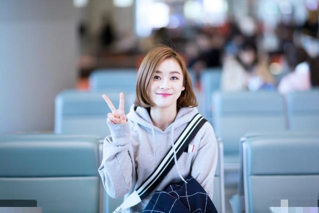 近日,袁姗姗现身机场变成了元气少女,一头短发十分时尚减龄,比着剪刀图片