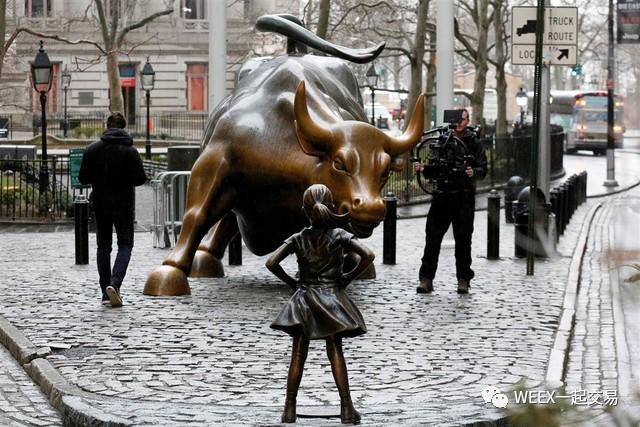 """华尔街铜牛雕像对面惊现""""勇敢女孩"""",呼吁人们重视华尔街中女性的地位!"""