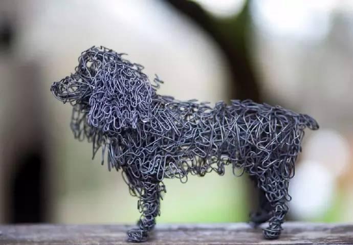 艺术家用铁丝来勾画各种各样的小动物,这些充满创意的小东西,似乎