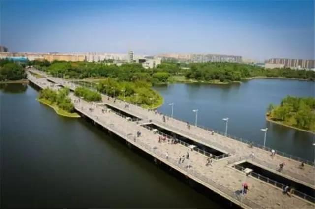 四川大学江安校区有一座长桥,长418米,被誉为中国高校第一长桥.