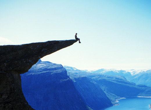 坐在悬崖边的秋千上,面对着云雾缭绕的通古拉瓦火山,仿佛身心都在接受图片