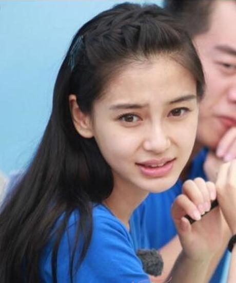 杨颖只是将刘海的发型做了个简单的编发,露出光洁的额头,把后面的