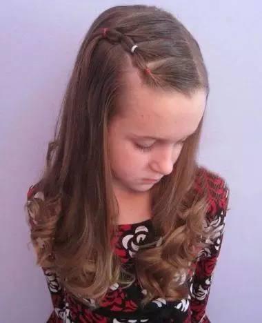 另一边的头发也挑起来,扎成偏着的小辫子之后,一缕一缕的头发固定成