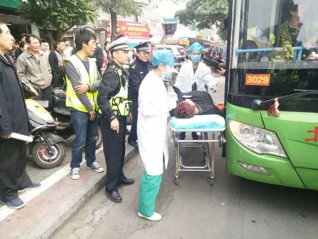 公交司机停车救助突然晕倒交警