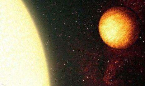"""8、斯皮策太空望远镜最新观测到一颗系外行星,在其大气层中发现神秘的""""热点"""",这颗系外行星大气层中最炽热的部分并不是朝向恒星的一侧,而是在日出和日落的阴暗一侧,温度可高达1000摄氏度,炽热程度超过熔岩."""