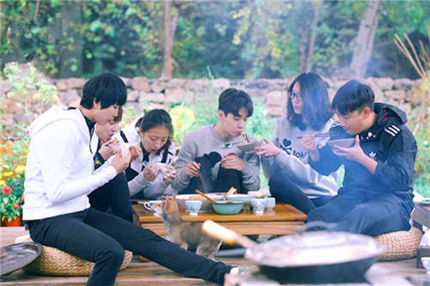 女排在《向往的生活》吃火锅烤串道破备战饮食玄机杨振宁与妻子现身