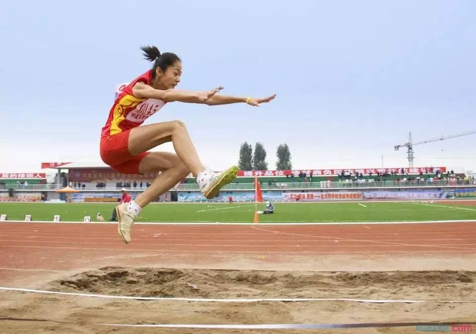 体育中考 立定跳远的动作技巧与练习方法图片