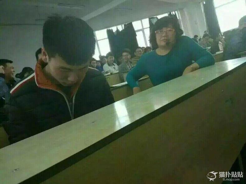 组图:男生打游戏太投入 老师:我就静静看你