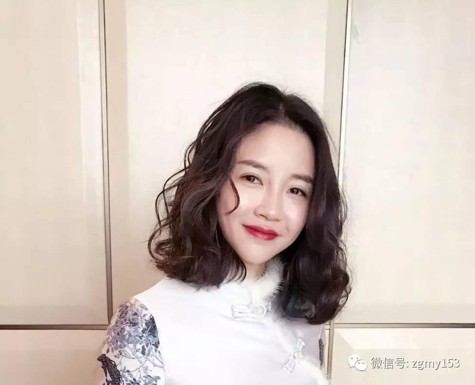 低调的偏分的短卷发发型尽显气质 大偏分的刘海极具熟女魅力    ?图片
