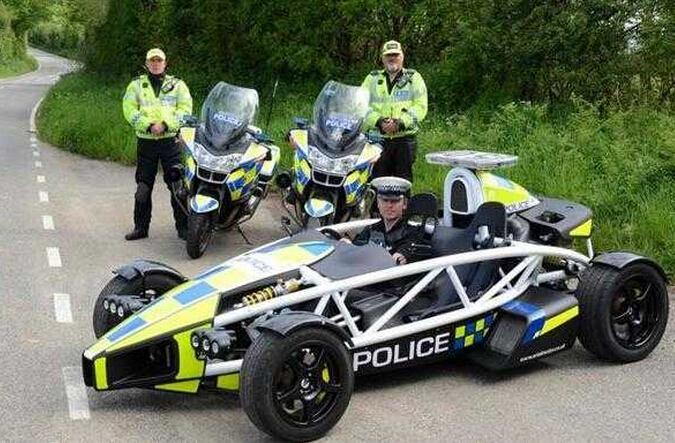 这辆车完全按照f1方程式赛车设计,外表非常炫,钢架也能保证警察的图片