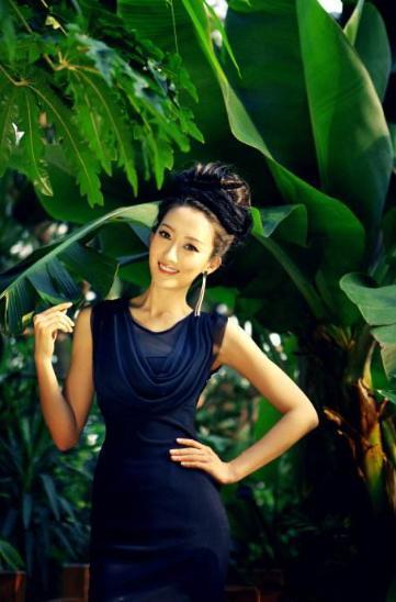 女孩慎重的交到了陈翰宾手里,那个女孩也是何老师多年的好友,名叫吴静