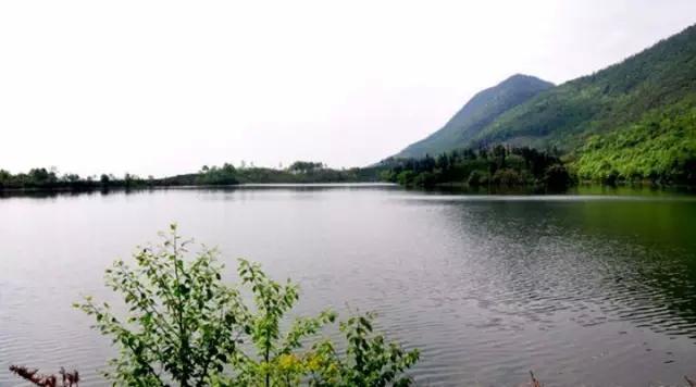 来到牛湖水库大坝,就坐在湖边吃起冷吃兔那些自带的美食,欣赏这一波