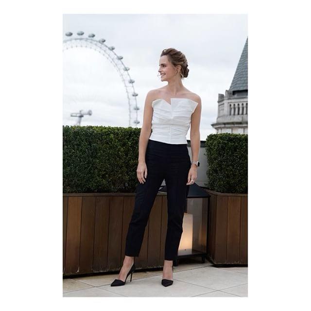 干练�yaXG�z/�n片_而这套抹胸设计的连体裤装,黑白拼色简洁干练,显得干练,挺符合艾玛