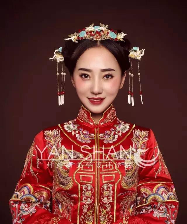 现2款不同味道的中式新娘妆,是否勾起大家对昔日古式婚礼的回忆.图片