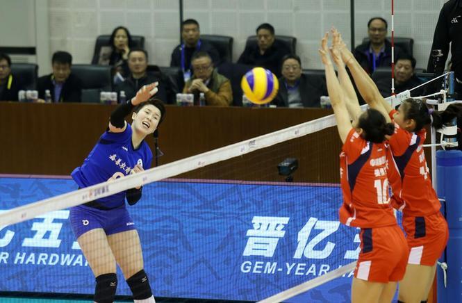 浙江女排的主攻手李静(左一)拼尽全力