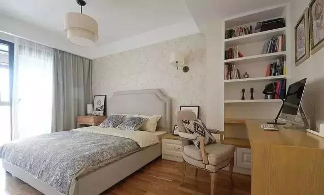 卧室中还开了一个小书房的空间,书架直接借用墙体设计,节省了不少