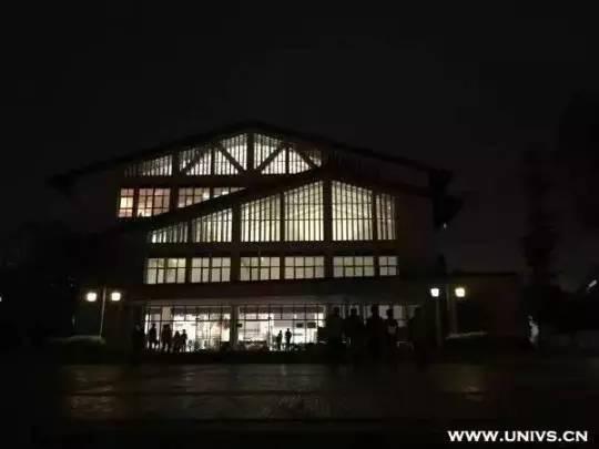 夜色下的重庆理工大学图书馆图片