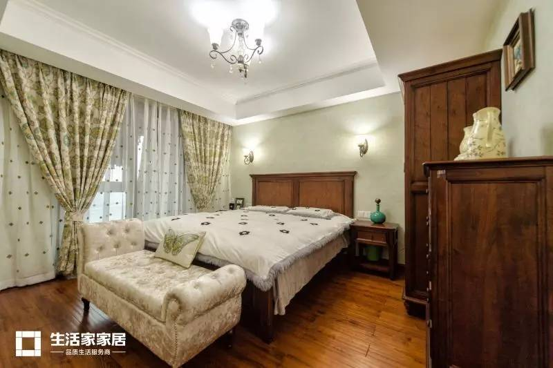 美式经典实木床搭配蓝灰色卷草墙纸,给主卧增添了一份复古的图片
