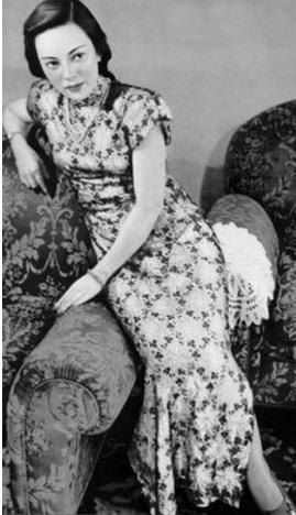 1947年,山口淑子平日也喜欢穿中国旗袍.