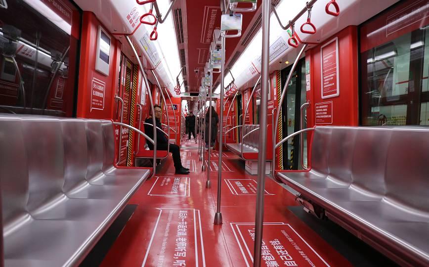 网易云音乐把5000条评论印满地铁的照片 - 1