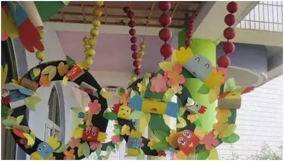 将幼儿的绘画作品装饰在树枝边框