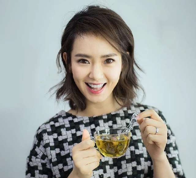 搜狐公众平台 戚薇最新发型 中长发的戚薇 精致妆容更温婉图片