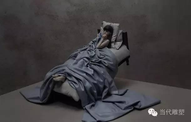 躺在床上的女人彩绘抽象玻璃钢树脂人物雕塑